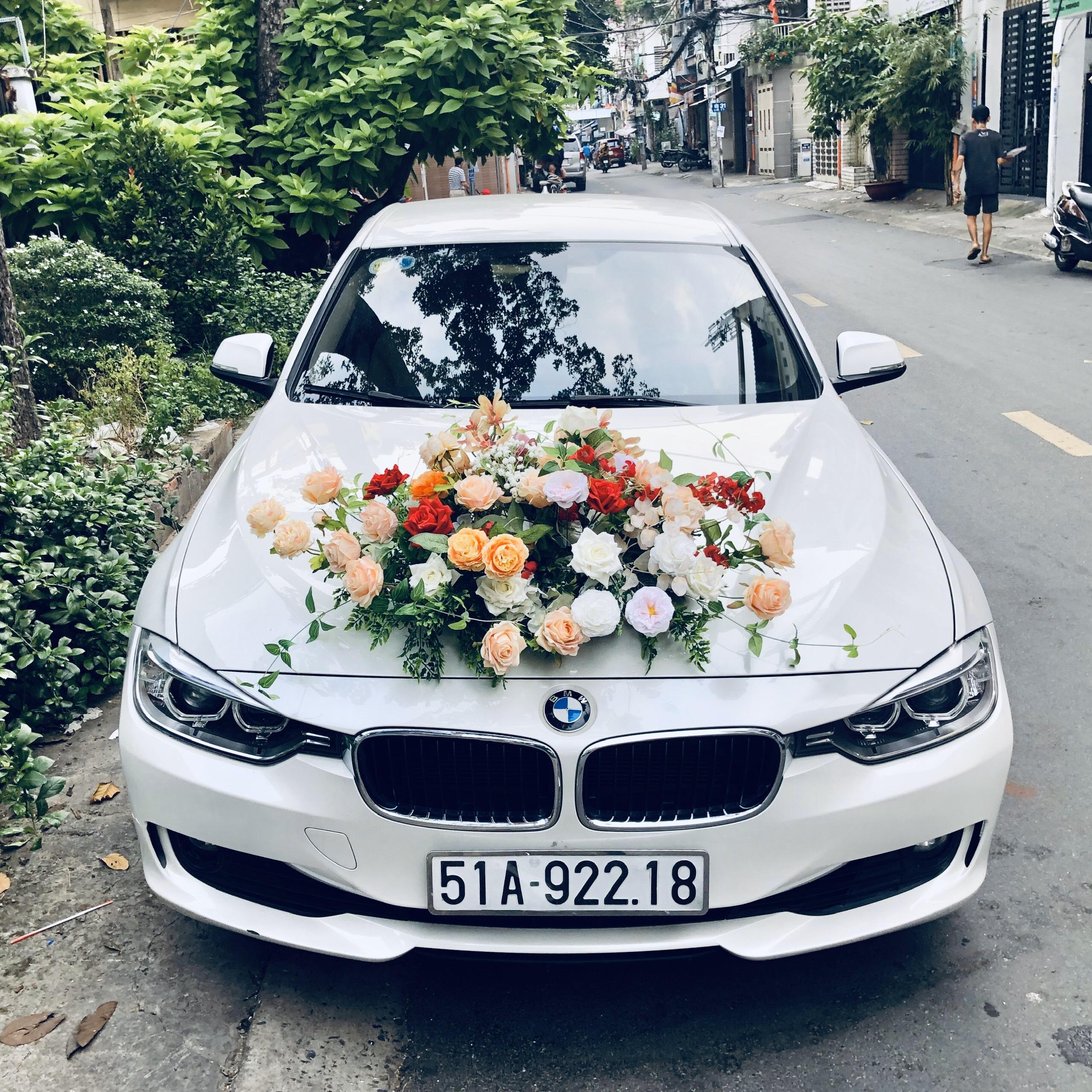 xe hoa BMW 320i trắng